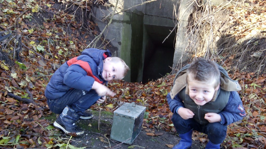 Geocachen! Deze vonden we in een WWII bunker